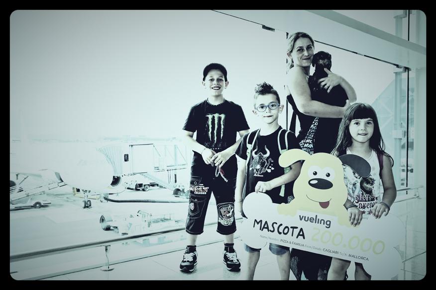 """""""Pizza"""" y su familia recibiendo el premio en el Aeropuerto de Barcelona-El Prat"""