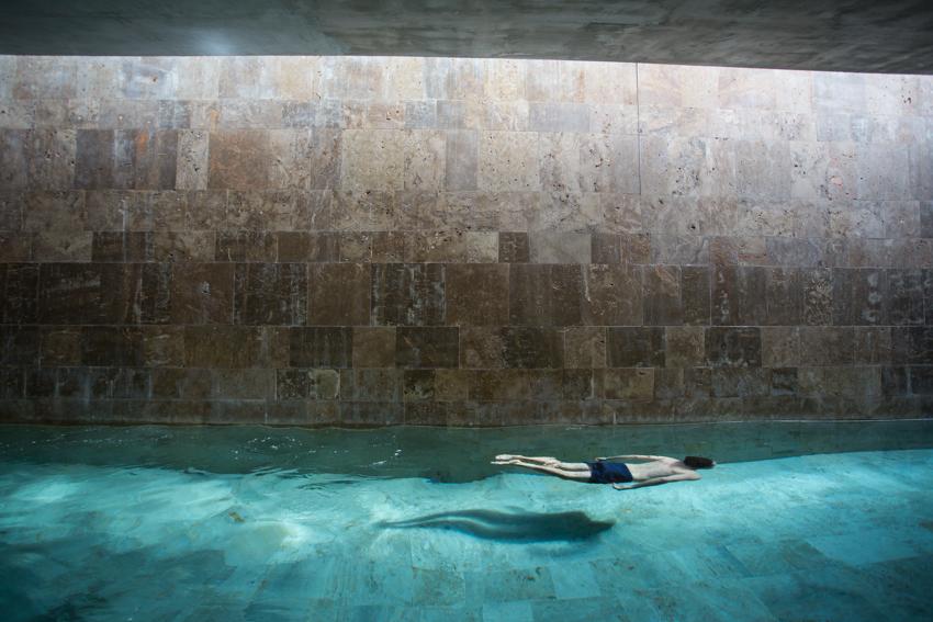 Nadando en la piscina del Spa del PARADOR EL SALER.