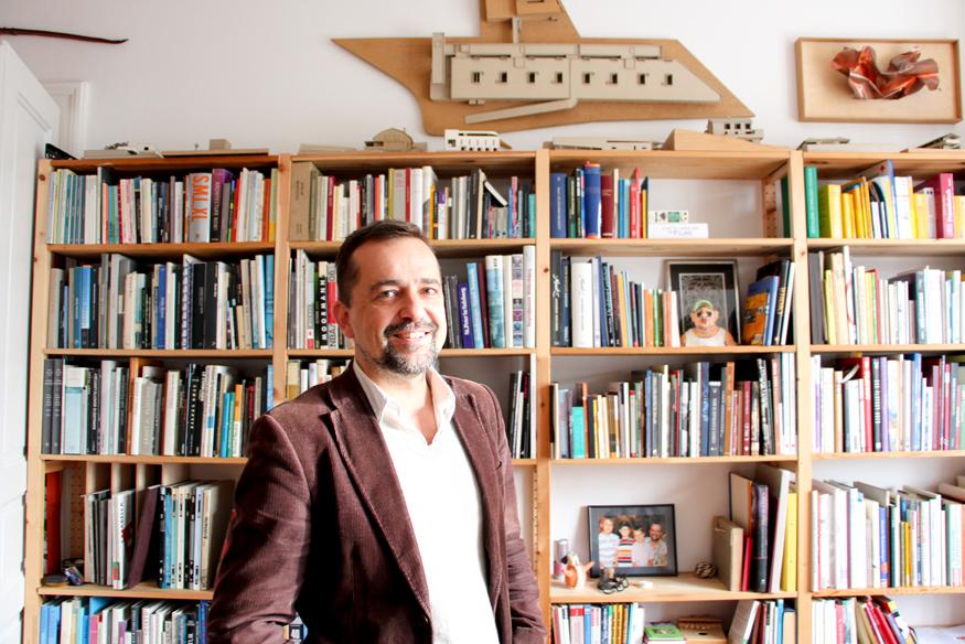 El caricaturista Thomas Wizany en su escritorio.