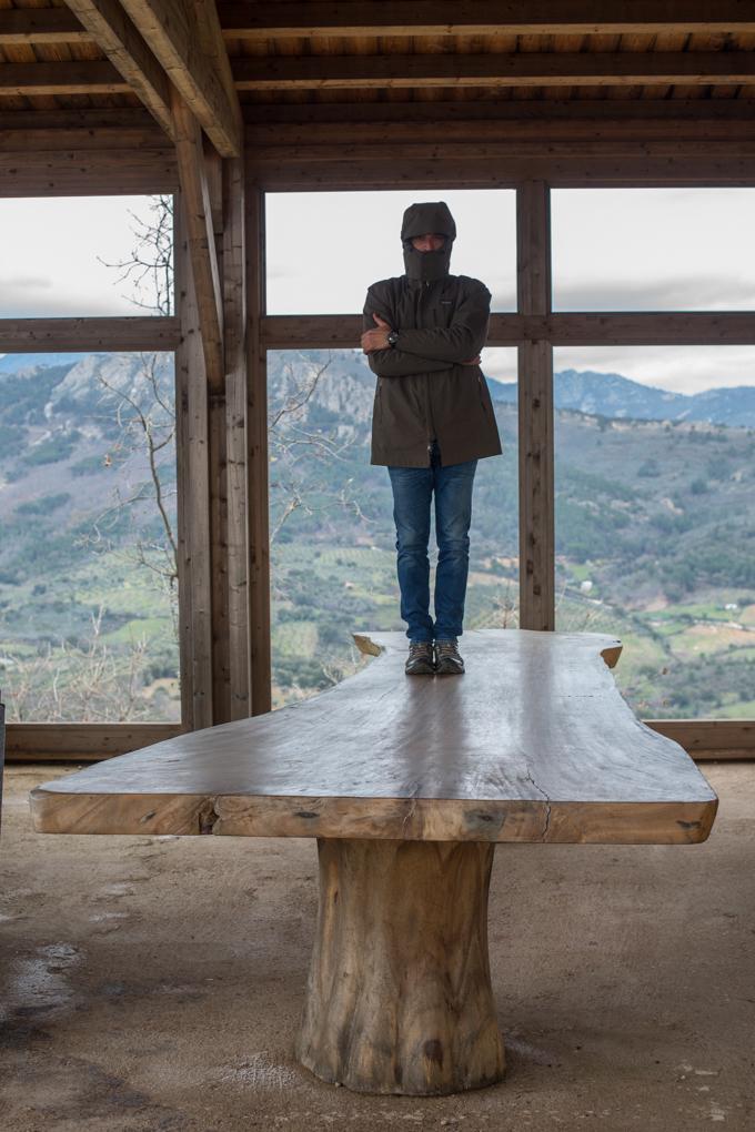 Vistas de espectáculo y una mesa con tabla de una sola pieza de madera, fue traída de Bali.