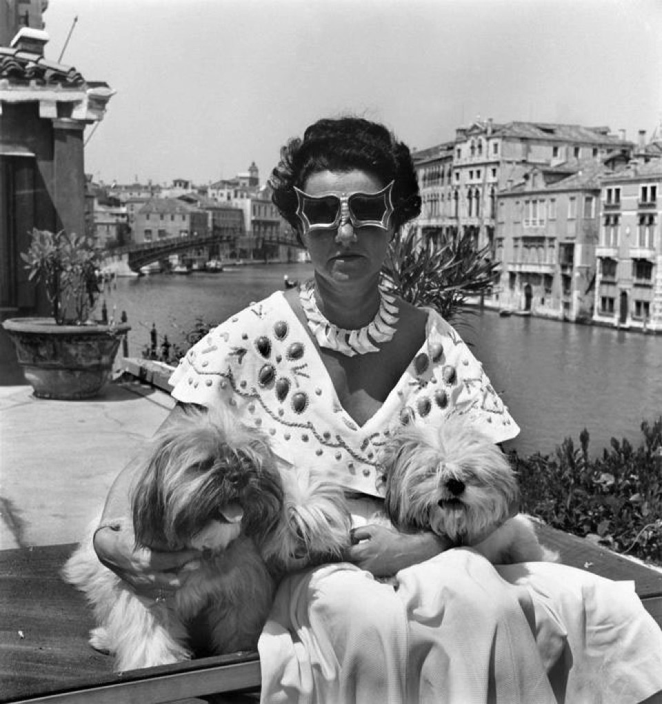 Peggy Guggenheim con dos de sus en su palacio de Venecia