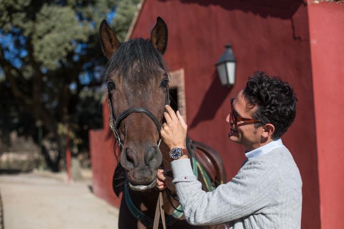 Con Jerte, el caballo de Frenando Gallego de Chaves Castillo, en el Palacio de Quintanar.