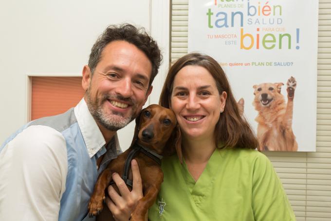 Con Sofía, la veterinaria de Eros.