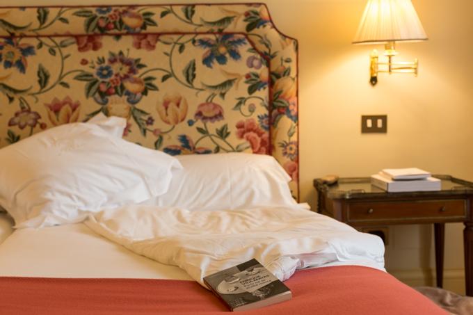 Me encanta leer en la cama, ahora leo 'París no se acaba nunca' de Enrique Vila-Matas (Ed. Debolsillo).