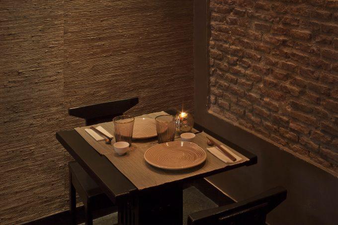 Ambiente nipón en sintonía con la típica pared de ladrillo vista.