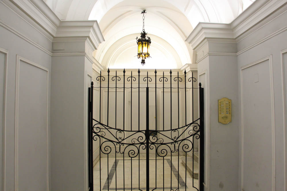 Portal del edificio donde se aloja Casa Howard.