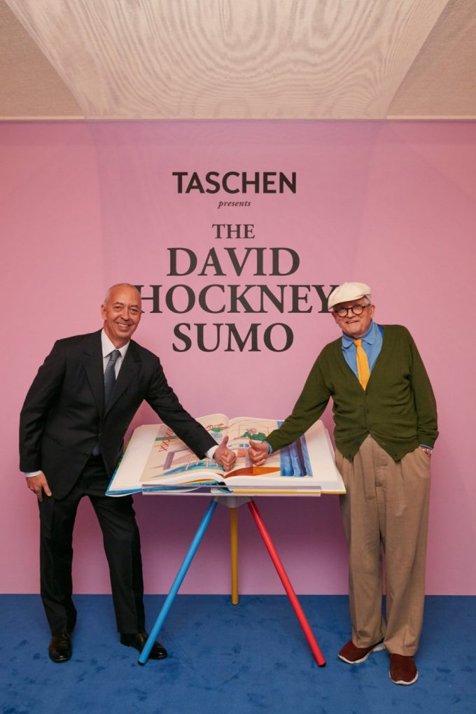 Benedikt Tasche con David Hockney en la feria de arte en Frankfurt, octubre de 2016. Foto: Taschen.