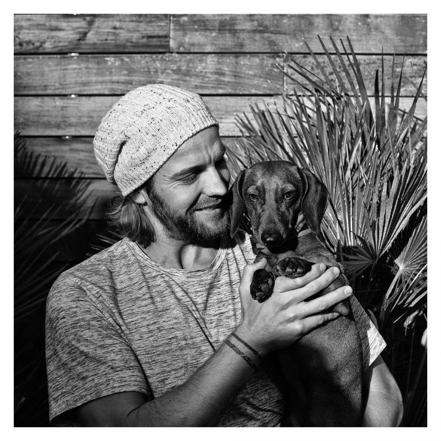 Dani Clos, piloto de automovilismo, dice #NoAlAbandono de perros